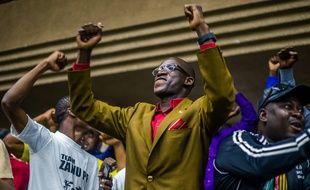 Des membres du parti de Mugabe se félicitent de la décision de Robert Mugabe de démissionner de la tête du pays dimanche 19 novembre 2017.