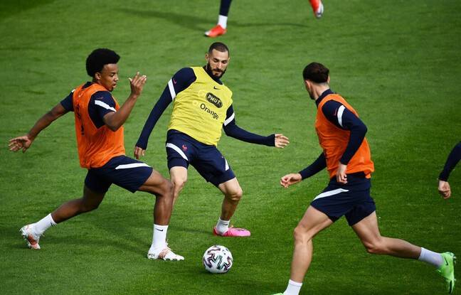 France's forward Karim Benzema (C), France's defender Jules Kounde (L) and France's midfielder Adrien rabiot (R) take part in a training session in Clairefontaine-en-Yvelines on May 27, 2021, as part of the team's preparation for the upcoming UEFA Euro 2020 football tournament. - France will play a friendly match against Wales on June 2 and against Bulgaria on June 8 as part of the team's Euro 2020 preparation. (Photo by FRANCK FIFE / AFP)