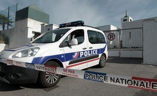 Une voiture de police devant la mosquée de Bayonne, le 28 octobre 2019.