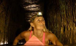 Alison Teal sur son surf dans les catacombes