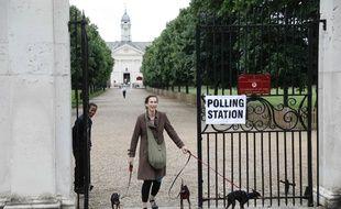 Une femme quitte un bureau de vote au Sud de Londres, le 8 juin 2017. AFP PHOTO / Odd ANDERSEN