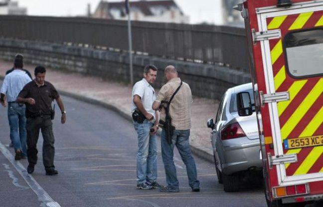 Des policiers postés à proximité de la maison où un homme armé retient à son domicile les parents de son ex-concubine dans le cadre d'un litige familial (le 06 août 2012 à Dijon)