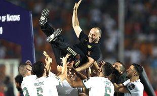 Djamel Belmadi porté en triomphe par ses joueurs après la victoire de l'Algérie à la CAN, le 19 juillet 2019.