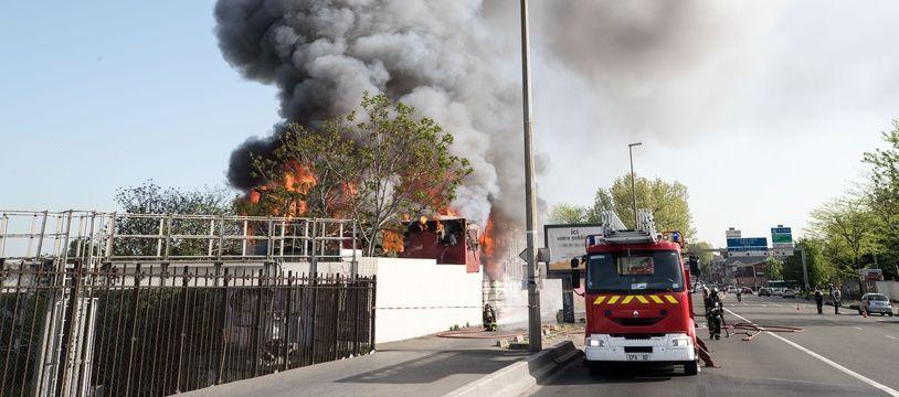 Un incendie s'est déclenché dimanche matin dans un centre d'hébergement géré par l'association Emmaüs Coup de main à Saint-Denis (Seine-Saint-Denis).