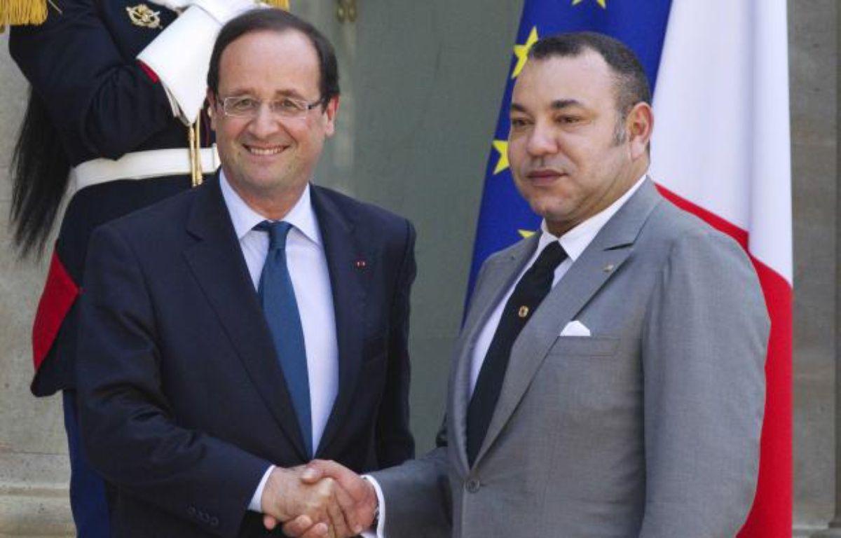 François Hollande serre la main du roi Mohamed VI, en mai 2012. – AFP PHOTO/JOEL SAGET