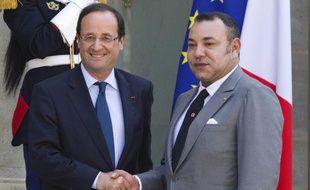 François Hollande serre la main du roi Mohamed VI, en mai 2012.