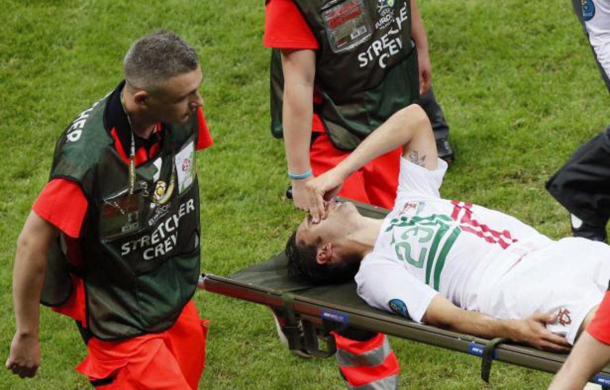 L'attaquant portugais Helder Postiga, lors de sa sortie sur civière, le 21 juin 2012 contre la république tchèque. – REUTERS