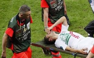 L'attaquant portugais Helder Postiga, lors de sa sortie sur civière, le 21 juin 2012 contre la république tchèque.