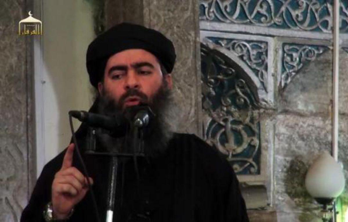 """Image tirée d'une video de propagande diffusée le 5 juillet 2014 par al-Furqan Media, montrant le dirigeant du groupe Etat islamiste, Abou Bakr al-Baghdadi dans une mosquée de Mossoul, après la proclamation d'un """"califat"""" entre la Syrie et l'Irak – - Al-Furqan Media"""