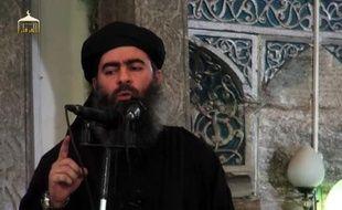 """Image tirée d'une video de propagande diffusée le 5 juillet 2014 par al-Furqan Media, montrant le dirigeant du groupe Etat islamiste, Abou Bakr al-Baghdadi dans une mosquée de Mossoul, après la proclamation d'un """"califat"""" entre la Syrie et l'Irak"""