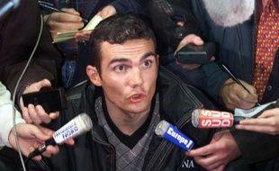 Le coureur cycliste de l'équipe Festina Richard Virenque, interrogé par les journalistes, le 15 octobre 1998 à Lille, après le scandale de dopage de l'affaire Festina.