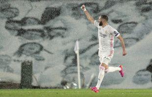 Karim Benzéma célèbre après avoir égalisé lors du match entre Real Madrid et Chelsea en Ligue des champions, le 27 avril 2021, à Madrid.