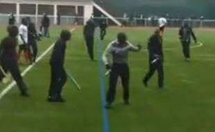 Capture d'écran d'un match de foot amateur interrompu à Ivry par un envahissement de terrain, le 2 juin 2013.