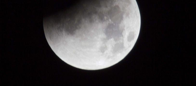 Pour la modique somme de 125 millions d'euros, les amoureux pourront bientôt s'offrir un voyage romantique de plus de 500.000 kilomètres autour de la lune