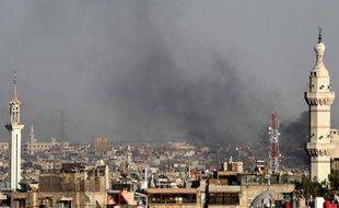 Un panache de fumée s'élève au dessus de Damas, après l'attentat qui a tué quatre hauts responsables syriens, mercredi 18 juillet