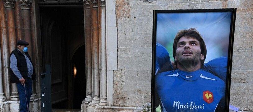 Le portrait de Christophe Dominici à l'entrée de l'église Saint-Louis de Hyères, le 4 décembre 2020.
