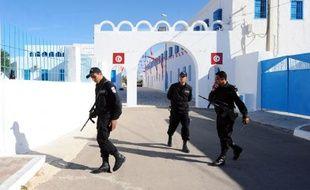 Des policiers tunisiens en faction devant la synagogue de la Ghriba, dans le sud du pays, le 8 mai 2012