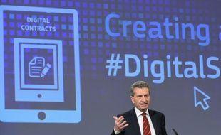Le commissaire européen pour l'Economie numérique, Günther Oettinger lors d'une conférence de presse à Bruxelles le 9 décembre 2015
