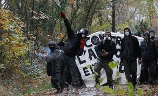 Evacuation des opposants au projet d'aéroport de Notre-Dame-des-Landes sur le site de la Châtaigneraie, le 23 novembre 2012.