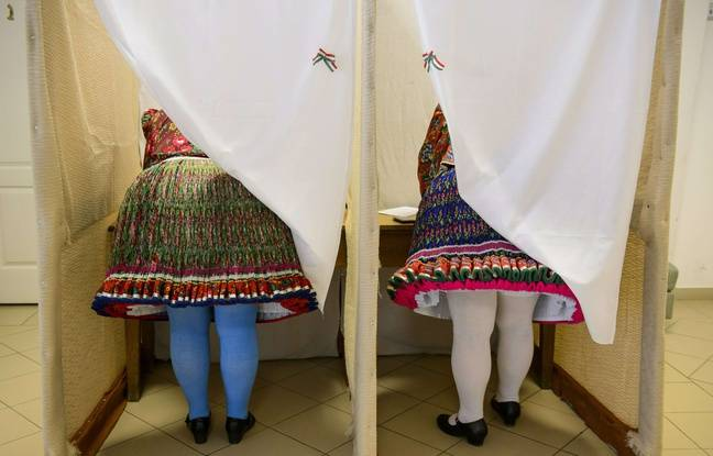 Deux femmes ont voté en costume folklorique à Bujak en Hongrie, le 26 mai 2019.
