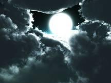 Une lune orageuse. Illustration.