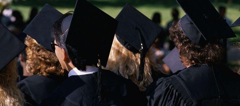 Des étudiants à la cérémonie de remise de diplôme. Illustration.