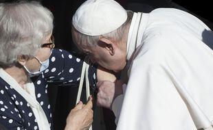 Le pape François a embrassé le tatouage de Lidia Maksymowicz,  survivante du camp d'Auschwitz-Birkenau.