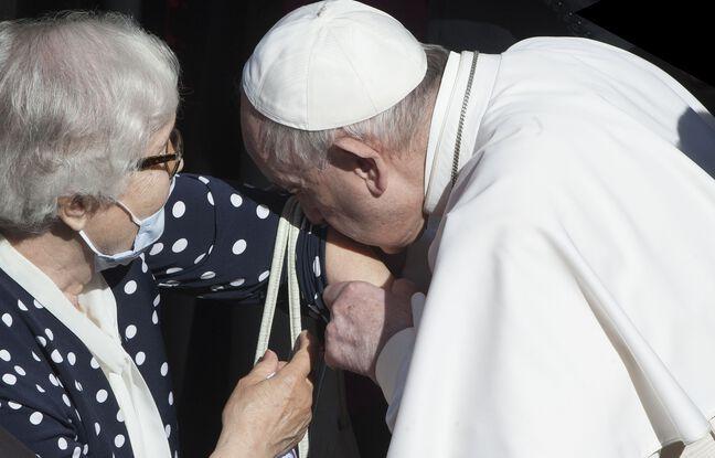 648x415 pape francois embrasse