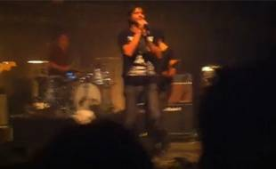 Capture d'écran d'une vidéo du retour de Bertrand Cantat sur scène, le 2 octobre 2010, à Bègles.