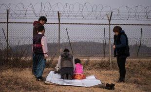 Une famille prie pour leur proches vivant en Corée du Nord près de la zone démilitarisée séparant les deux Corées à Imjingak, en Corée du Sud, le 8 février 2016