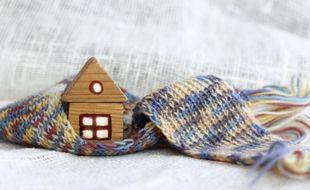 Une maison mal isolée laisse s'échapper la chaleur par le toit, les fenêtres et les murs.