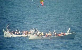 Photo de la marine italienne montrant les embarcations de réfugiés dans le Canal de Sicile entre l'Italie et les côtes africaines, le 30 juin 2014