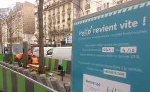 Paris, le 12 janvier 2018. - Le lancement de Vélib' 2 en retard à Paris. Cette station de l'avenue Vuagirard est encore en travaux un mois après la fin annoncée de l'intervention.