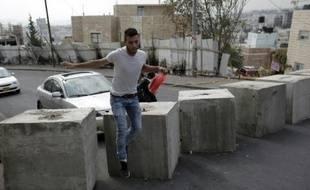 Jabal Moukabber, un Palestinien, passe entre des blocs de béton le 20 octobre 2015  à Jérusalem-Est