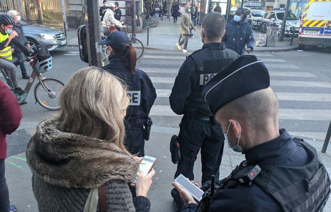 Des policiers contrôlent l'attestation de cette étudiante