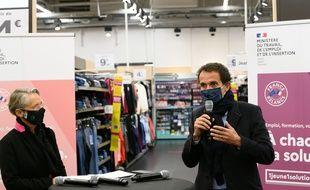 Le PDG de Carrefour, Alexandre Bombard, et la ministre du Travail, Elisabeth Borne, lors de l'annonce des 15.000 embauches. (archives)