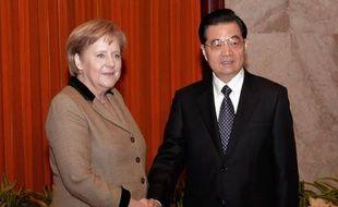 La chancelière allemande Angela Merkel a rencontré vendredi le président chinois Hu Jintao après avoir plaidé la veille à Pékin la cause de l'euro, puis est partie pour Canton (sud) où elle doit participer à un forum économique.