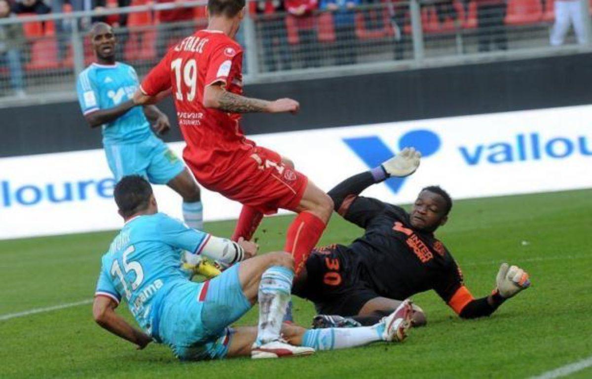 Le clasico du 7 octobre s'annonce chaud bouillant: à l'issue de la 7e journée de Ligue 1, seuls 3 points séparent le leader marseillais, humilié à Valenciennes (4-1), de son grand rival parisien, vainqueur solide de Sochaux (2-0) et désormais 2e du classement. – Francois Lo Presti afp.com