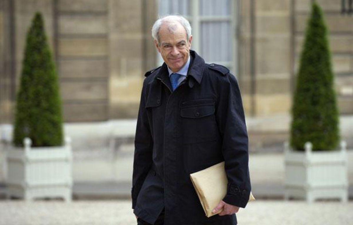 Le contrôleur général des lieux de privation de liberté, Jean-Marie  Delarue, arrive à l'Elysée avec le rapport qu'il vient remettre au  président de la République Nicolas Sarkozy, le 02 mai 2011 à Paris. – AFP PHOTO / BERTRAND LANGLOIS
