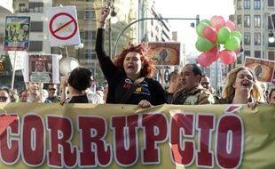 """Photo d'archives d'une manifestante à Valence en Espagne le 13 avril 2013, portant une banderole qui dénonce la """"corruption"""" politique dans le pays"""
