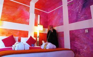 Elsa Tomkowiak dans la chambre d'artiste réalisée pour l'hôtel Mercure à Nantes.