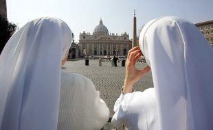 Deux religieuses devant la place Saint-Pierre au Vatican.