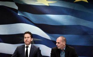 Jeroen Dijsselbloem (g) et le ministre grec des Finances Yanis Varoufakis lors d'une conférence de presse le 30 janvier 2015 à Athènes