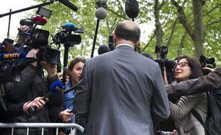 Le 08 mai 2012. Le socialiste Pierre Moscovici arrive au qg de campagne de Francois Hollande ou l'attendent une vingtaine de journalistes.  // PHOTOS : V. WARTNER / 20 MINUTES.FR