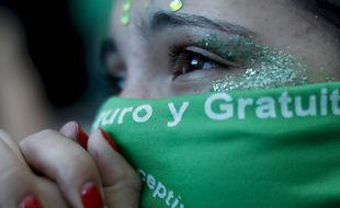 Une militante pour le droit à l'avortement devant Congrès, à Buenos Aires en Argentine, le 11 décembre 2020