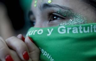 Une militante pour le droit à l'avortement devant le Congrès, à Buenos Aires en Argentine, le 11 décembre 2020.