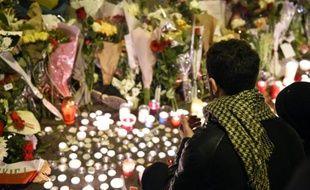 Un homme rend hommage aux victimes des attaques du Bataclan, le 14 novembre 2015 à Paris
