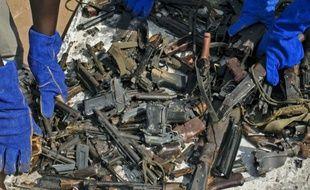 Destruction d'armes par la Mission des Nations unies au Soudan du Sud (Minuss), le 9 décembre 2014 à Juba