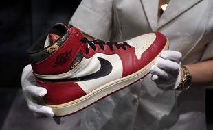 La paire de baskets Nike Air Jordan 1 portée par l'ex-basketteur star s'est vendue 615 000 dollars lors d'une vente aux enchères