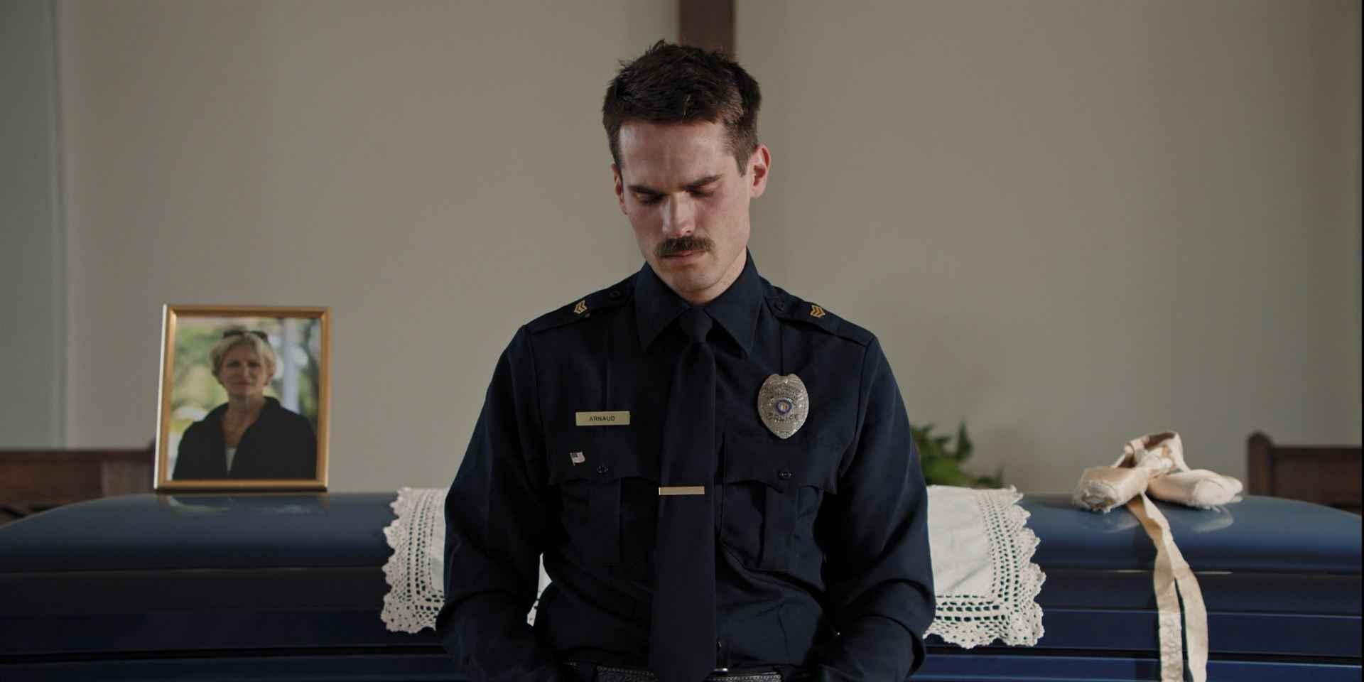 Thunder Road L'histoire de Jimmy Arnaud, un policier texan qui essaie tant bien que mal d'élever sa fille. Le portrait tragi-comique d'une figure d'une Amérique vacillante.